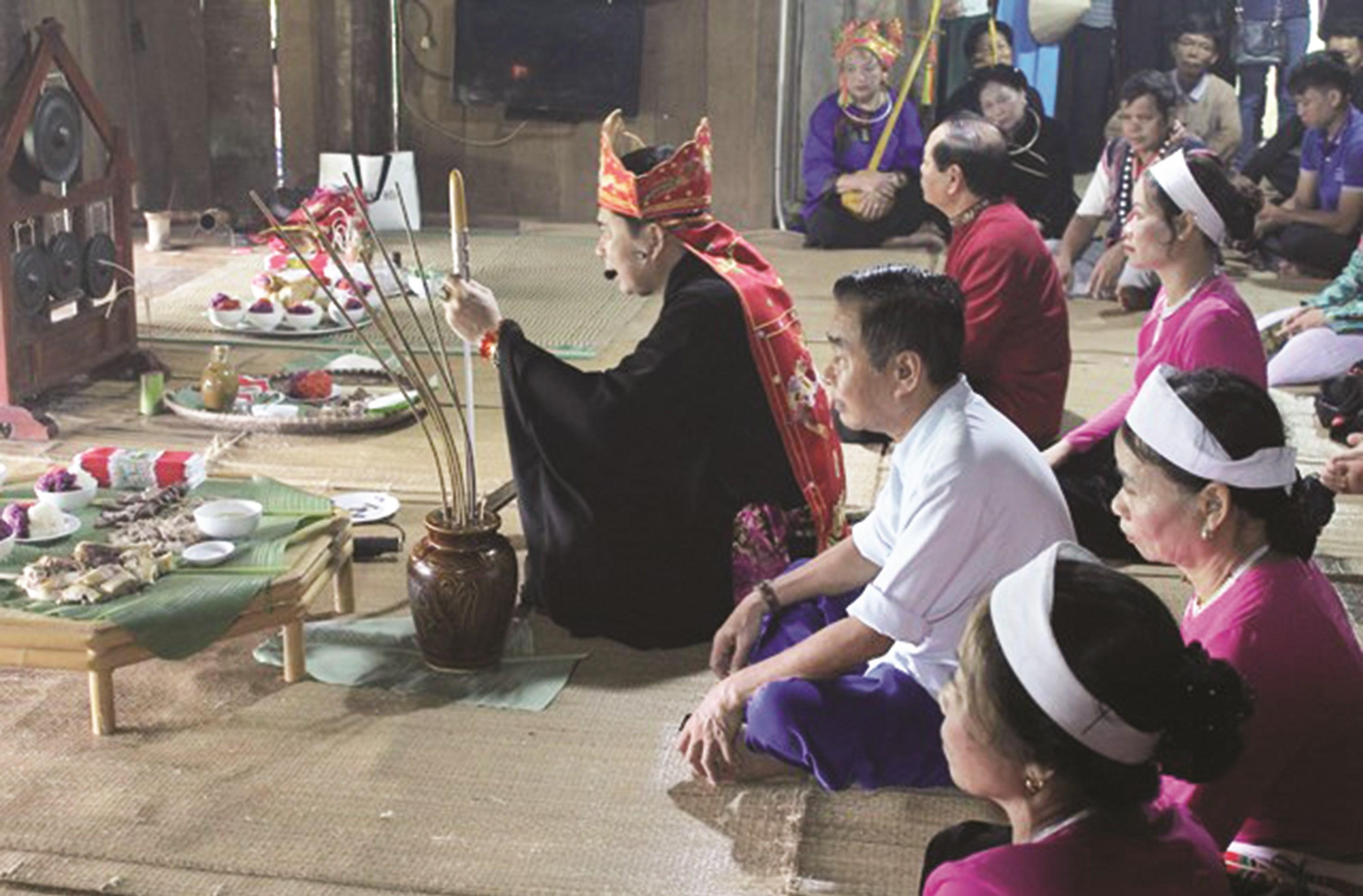 Thầy mo làm lễ cúng trong Lễ Mát nhà