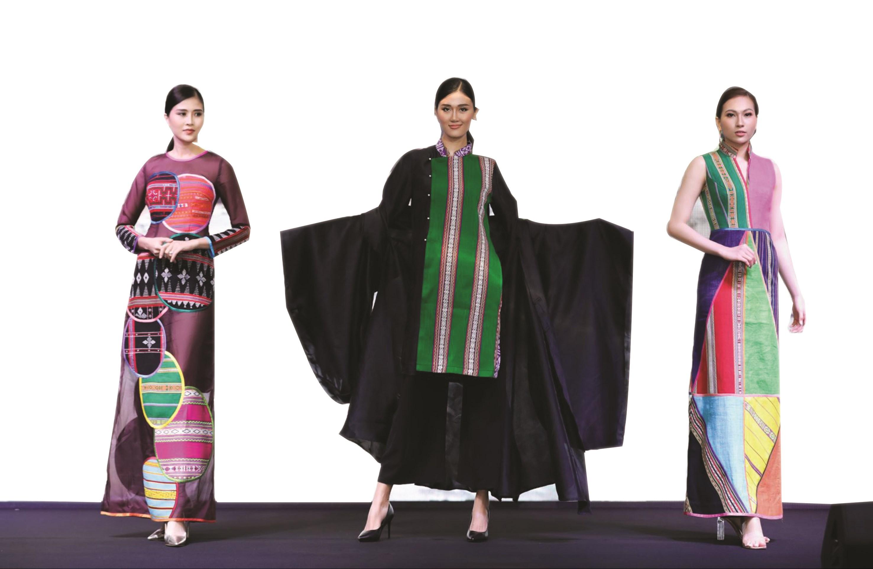 """Một số mẫu thiết kế thời trang bằng chất liệu thổ cẩm được trình diễn tại Fashion Show """"Hương rừng sắc núi"""" (Ảnh TL)"""