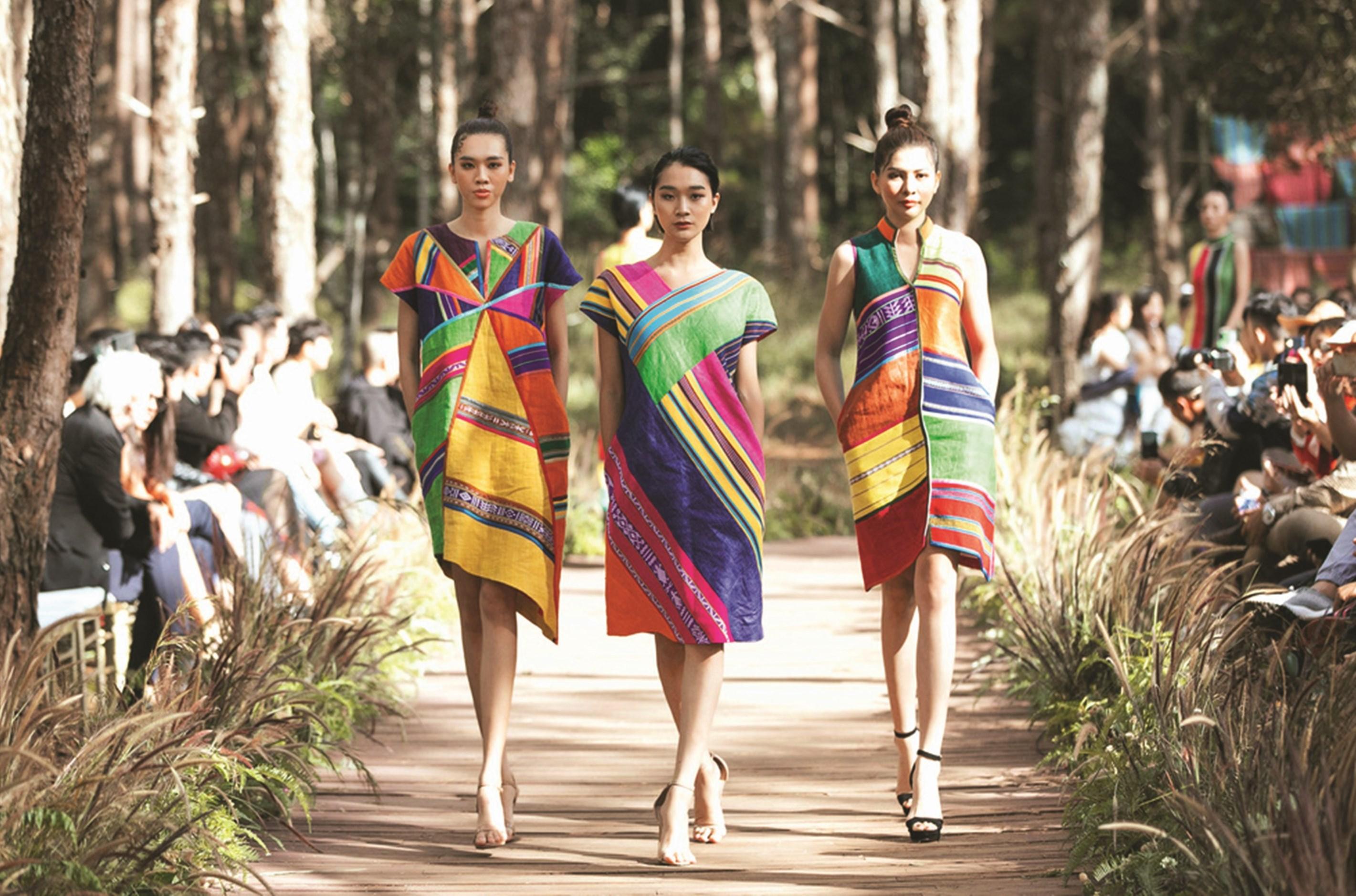 """Thổ cẩm khoe sắc tại Fashion Show """"Hương rừng sắc núi""""- tại Lễ hội văn hóa thổ cẩm Việt Nam lần thứ 2 năm 2020. (Ảnh TL)"""