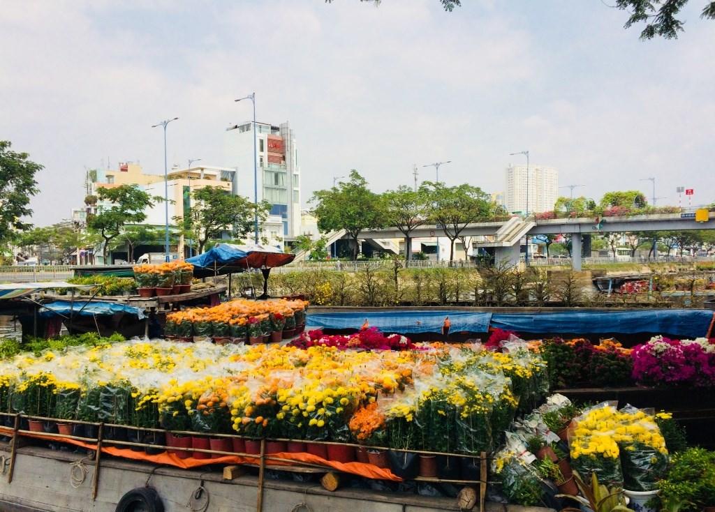 Ghe thuyền chở hoa tấp nập cập bến Bình Đông