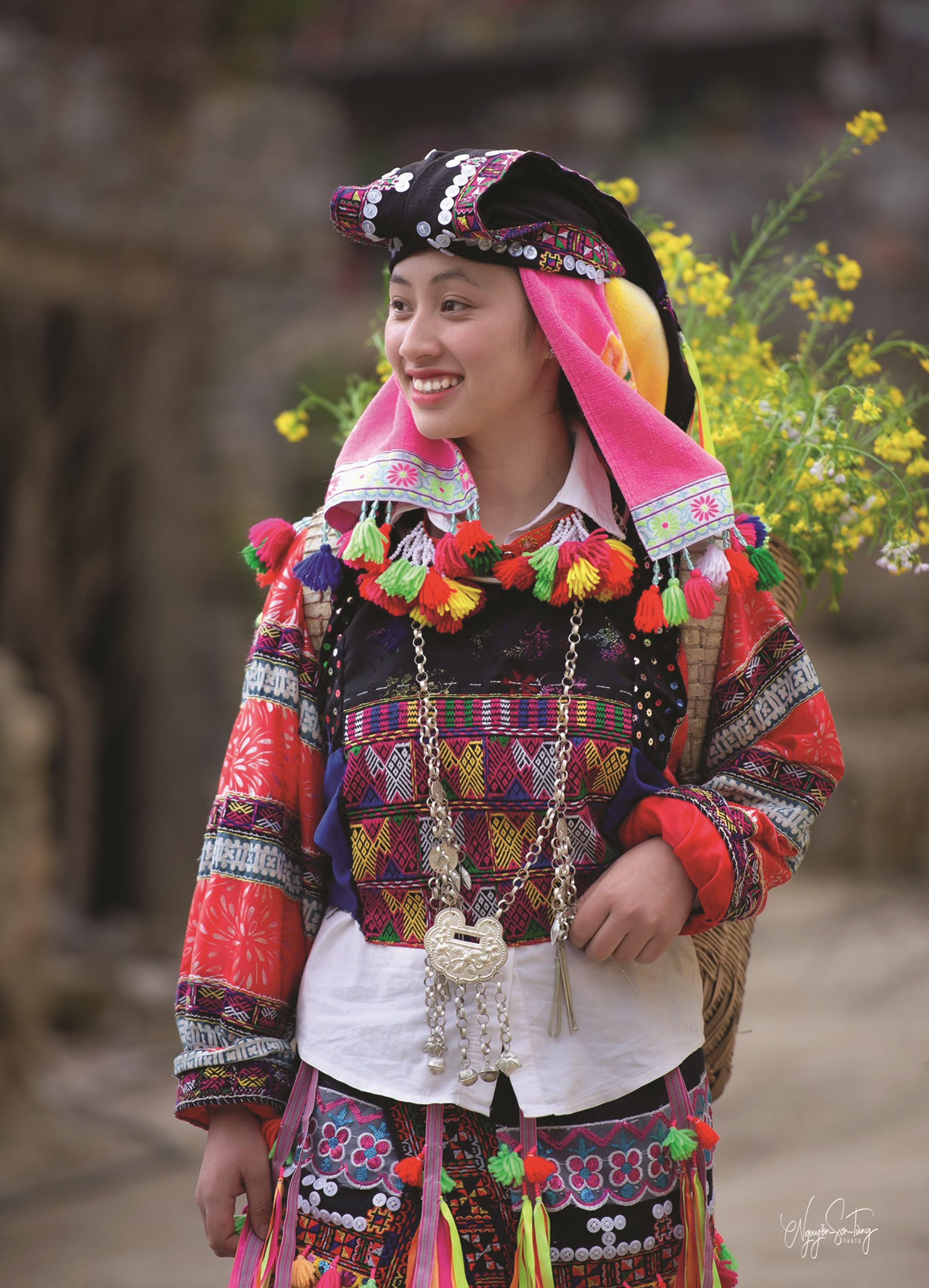 Mùa Xuân trên gương mặt thiếu nữ dân tộc Lô Lô