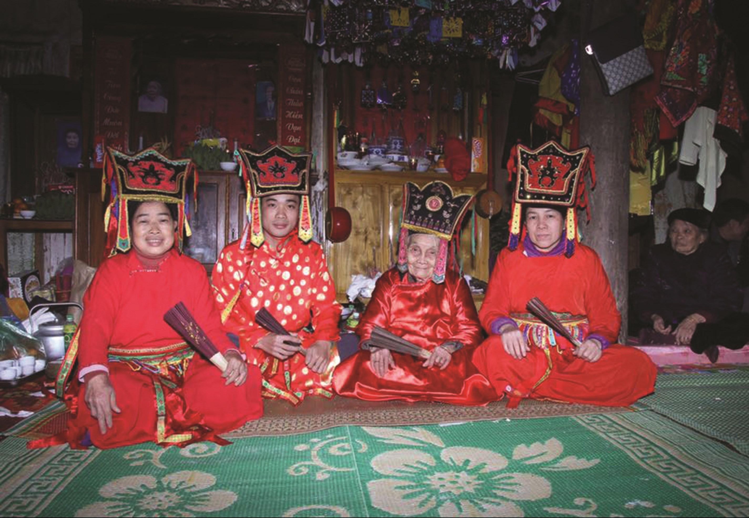 Nghệ nhân Nhân dân Then Mỗ Thị Kịt, sinh năm 1922, dân tộc Tày - một trong những nghệ nhân Then cao tuổi nhất, chụp ảnh cùng đệ tử (ngồi thứ 3 từ trái sang phải)