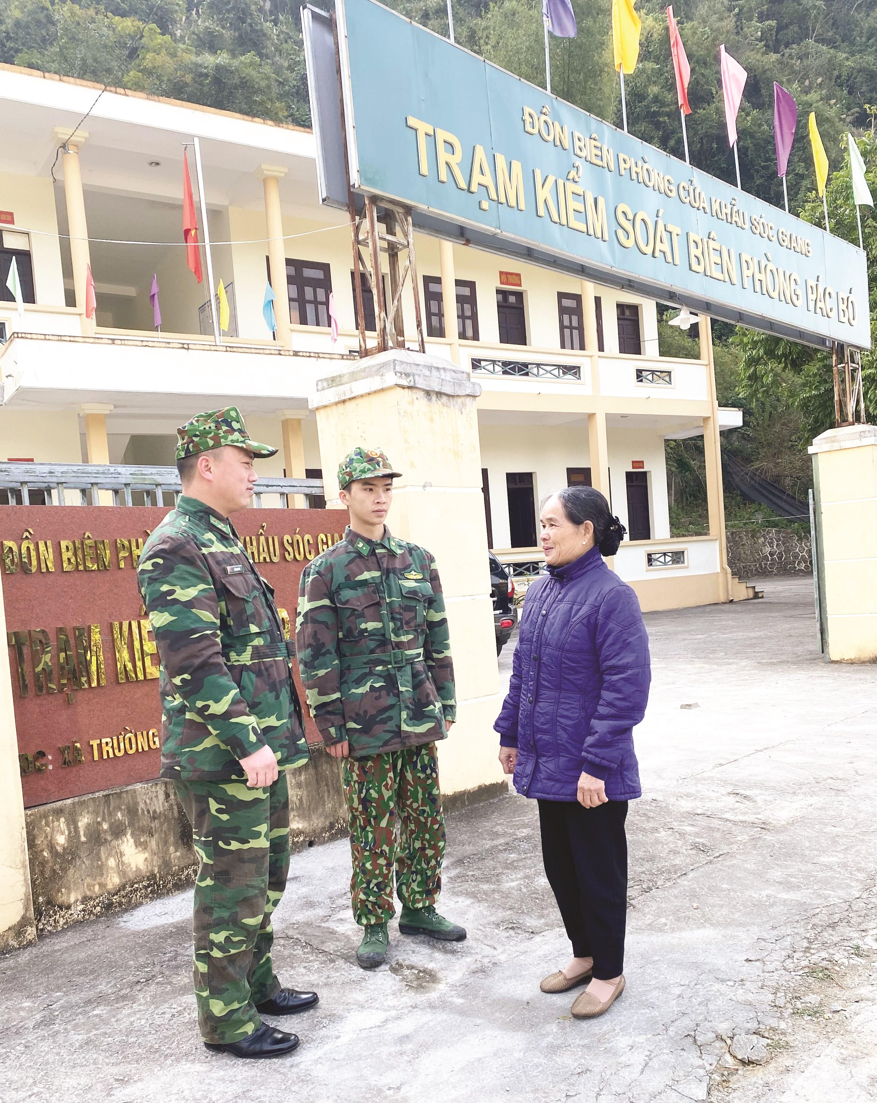 Bà Nông Thị Thoa trao đổi thông tin với cán bộ Đồn Biên phòng Sóc Giang