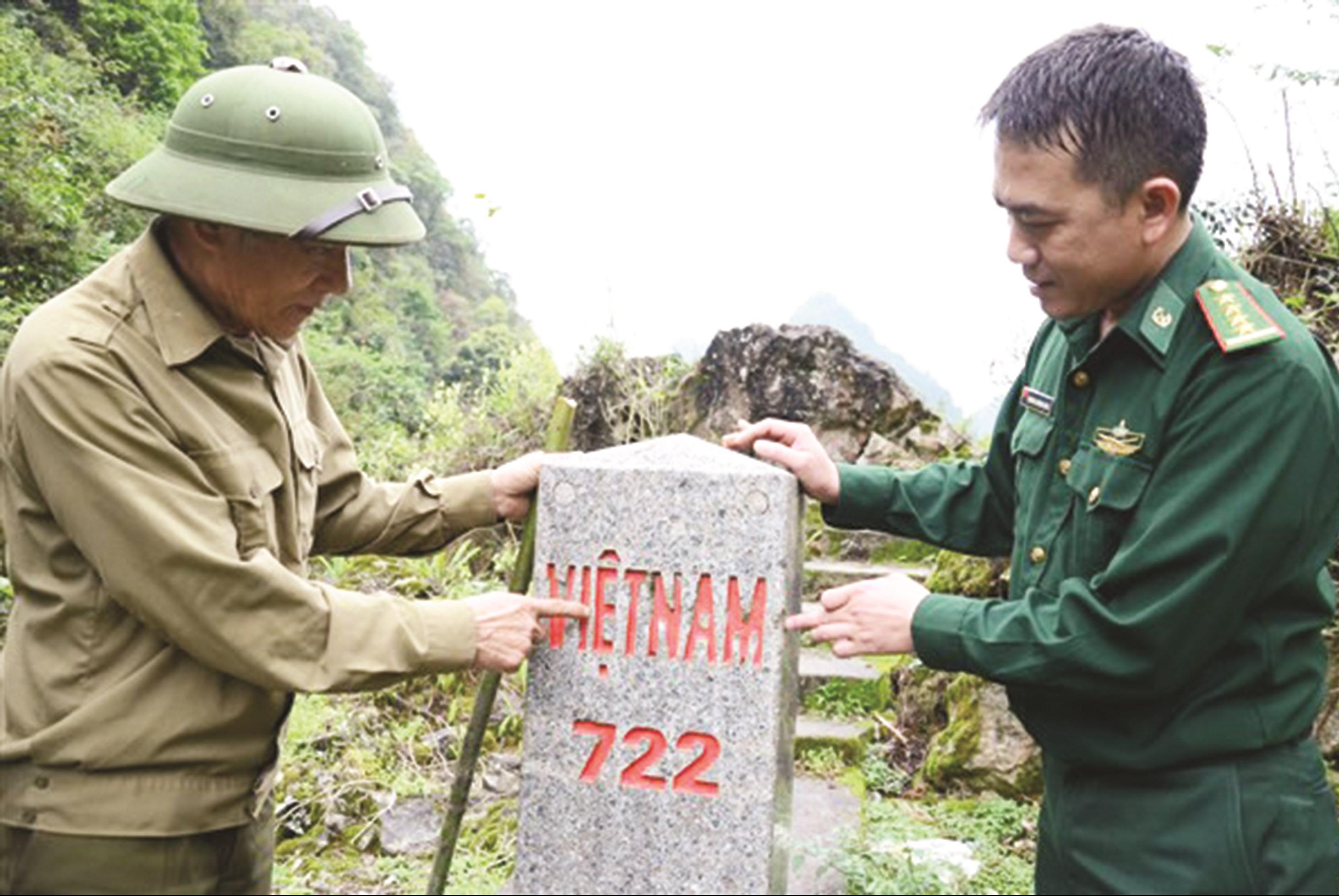 Ông Vương Văn Nghịt thường xuyên cùng cán bộ Đồn Biên phòng Tổng Cọt đến kiểm tra cột mốc