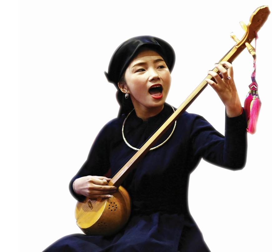 """Nghệ nhân Nông Thị Phương Lan (dân tộc Tày tỉnh Bắc Kạn) hát Then đàn Tính trong ngày hội """"Câu Then Việt Bắc"""""""
