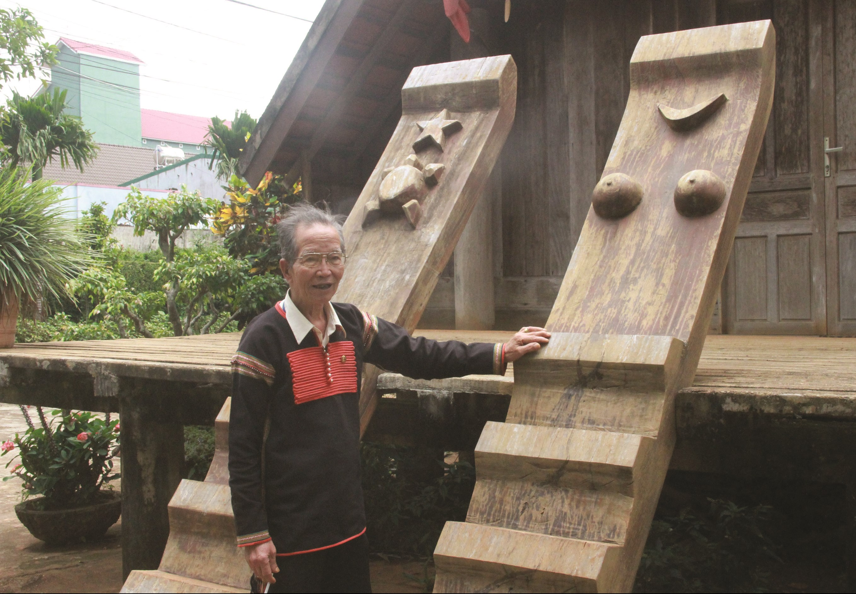 Già Ama H Loan giới thiệu các biểu tượng cầu thang nhà dài của người Ê Đê