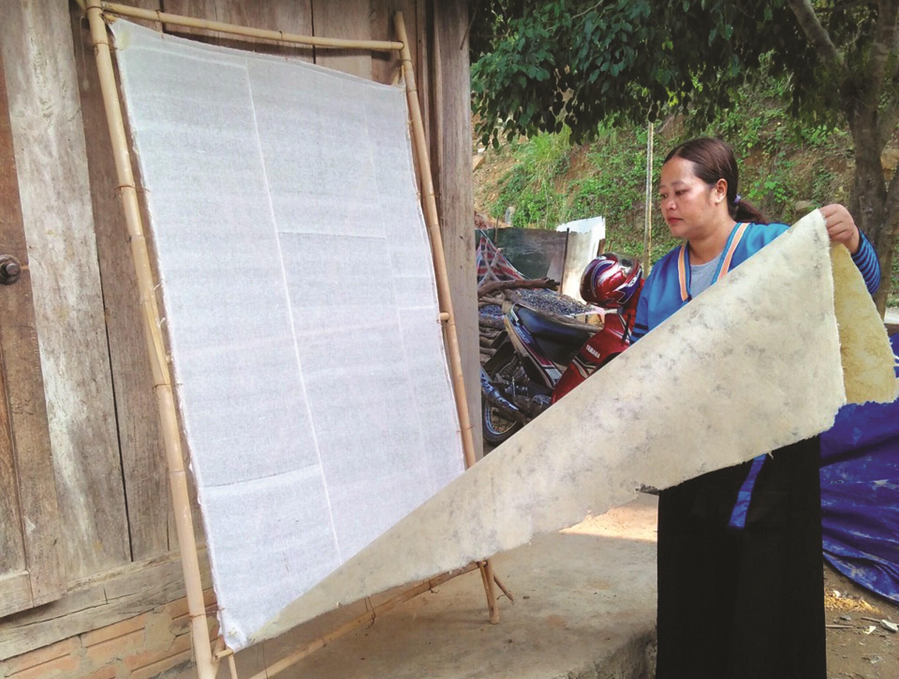 Sau khi phơi khô, giấy bản được cất giữ cẩn thận dùng thay bàn thờ để đón năm mới.