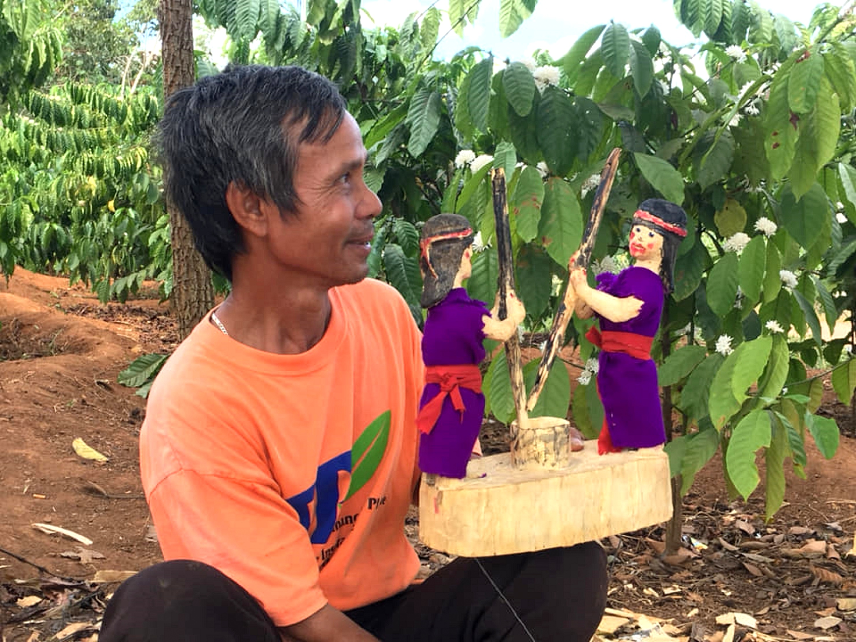 Nghệ nhân A Yưk hoàn thiện những công đoạn cuối và biểu diễn thử một cặp rối gỗ.