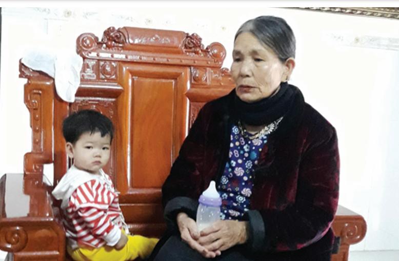Mẹ Lê Thị Nguyệt xóm 4, xã Phúc Thọ đau đáu với nỗi niềm chưa tìm thấy bóng hình con trai Nguyễn Đình Tuấn.