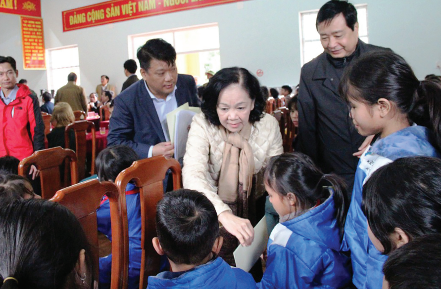 Đồng chí Trương Thị Mai, Ủy viên Bộ Chính trị, Trưởng ban Dân vận Trung ương thăm và tặng quà Tết cho người dân và học sinh thôn Trà Leng