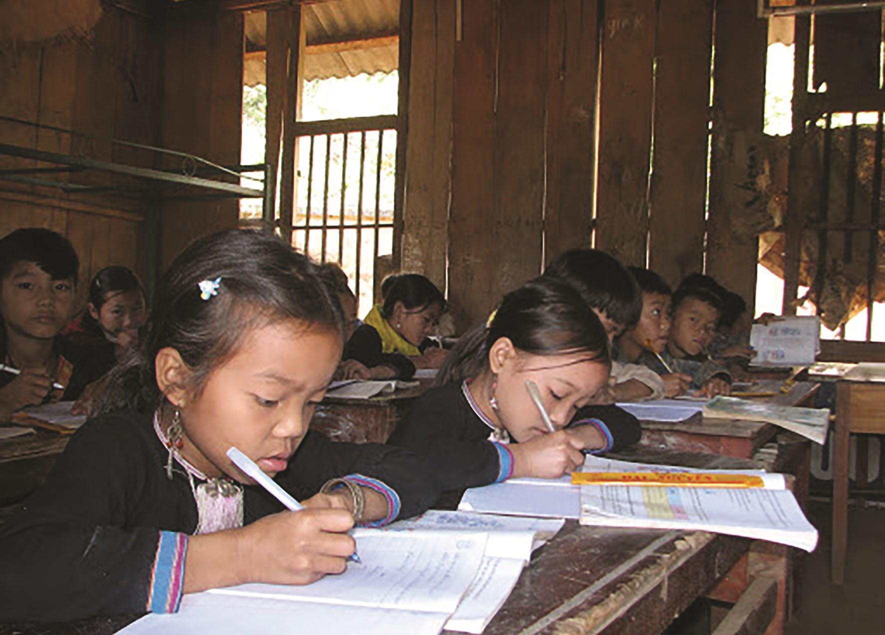 Tình yêu nghề là điều giúp người giáo viên vùng cao thêm gắn bó với dân bản, với học sinh.(Ảnh tư liệu)