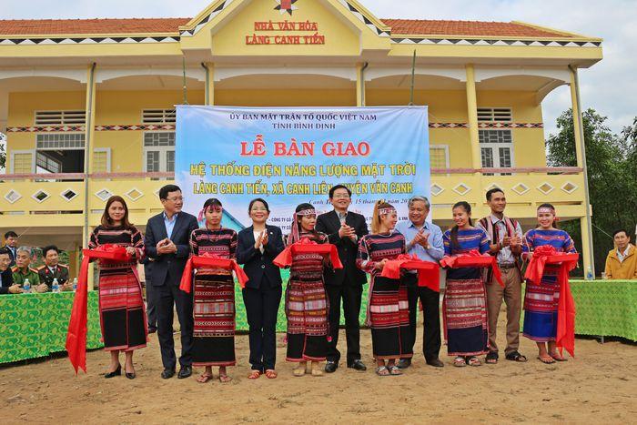 Bí thư Tỉnh ủy Bình Định Hồ Quốc Dũng và các cơ quan, đơn vị bàn giao hệ thống điện năng lượng mặt trời cho làng Canh Tiến