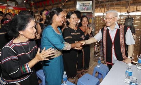 Tổng Bí thư Nguyễn Phú Trọng thăm, nói chuyện với bà con thôn Kon Rơ Bang 2, xã Vinh Quang, TP. Kon Tum tại nhà rông của thôn, tháng 4/2017 - (Ảnh: Trí Dũng)