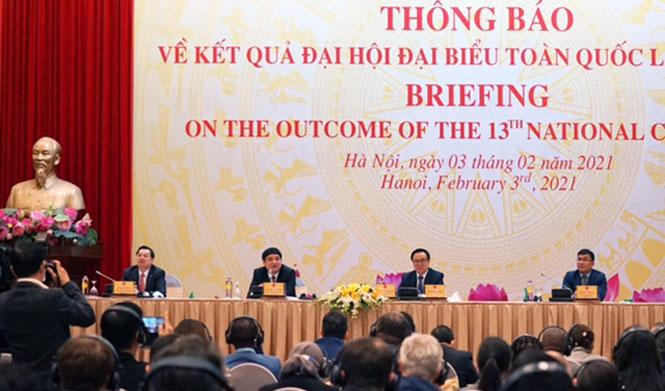 Trưởng ban Đối ngoại Trung ương Hoàng Bình Quân trao đổi với các đại biểu quốc tế tại cuộc họp
