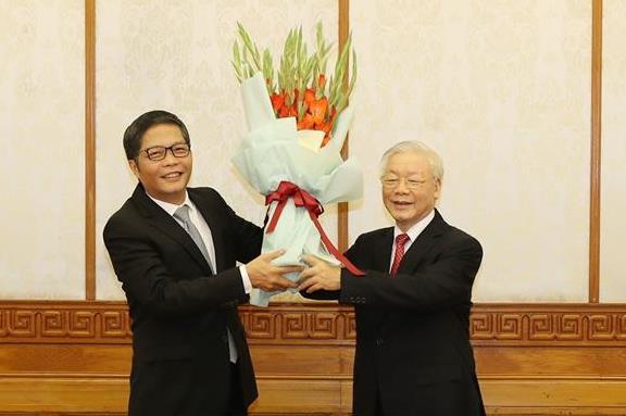 Tổng Bí thư, Chủ tịch nước Nguyễn Phú Trọng chúc mừng đồng chí Trần Tuấn Anh. Ảnh TTXVN