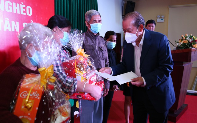 Phó Thủ tướng Thường trực Chính phủ Trương Hòa Bình tặng quà Tết các gia đình chính sách tỉnh Quảng Ngãi. (Ảnh: VGP)