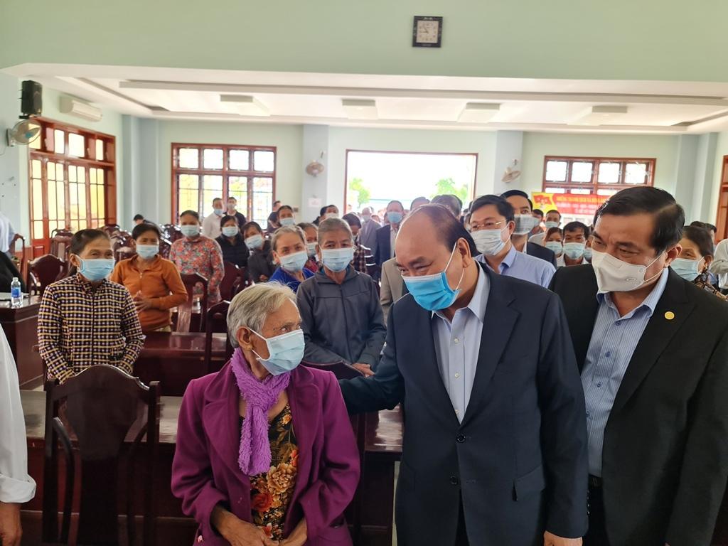 Thủ tướng ân cần hỏi thăm người dân xã Quế Phú. Ảnh: VGP/Thế Phong