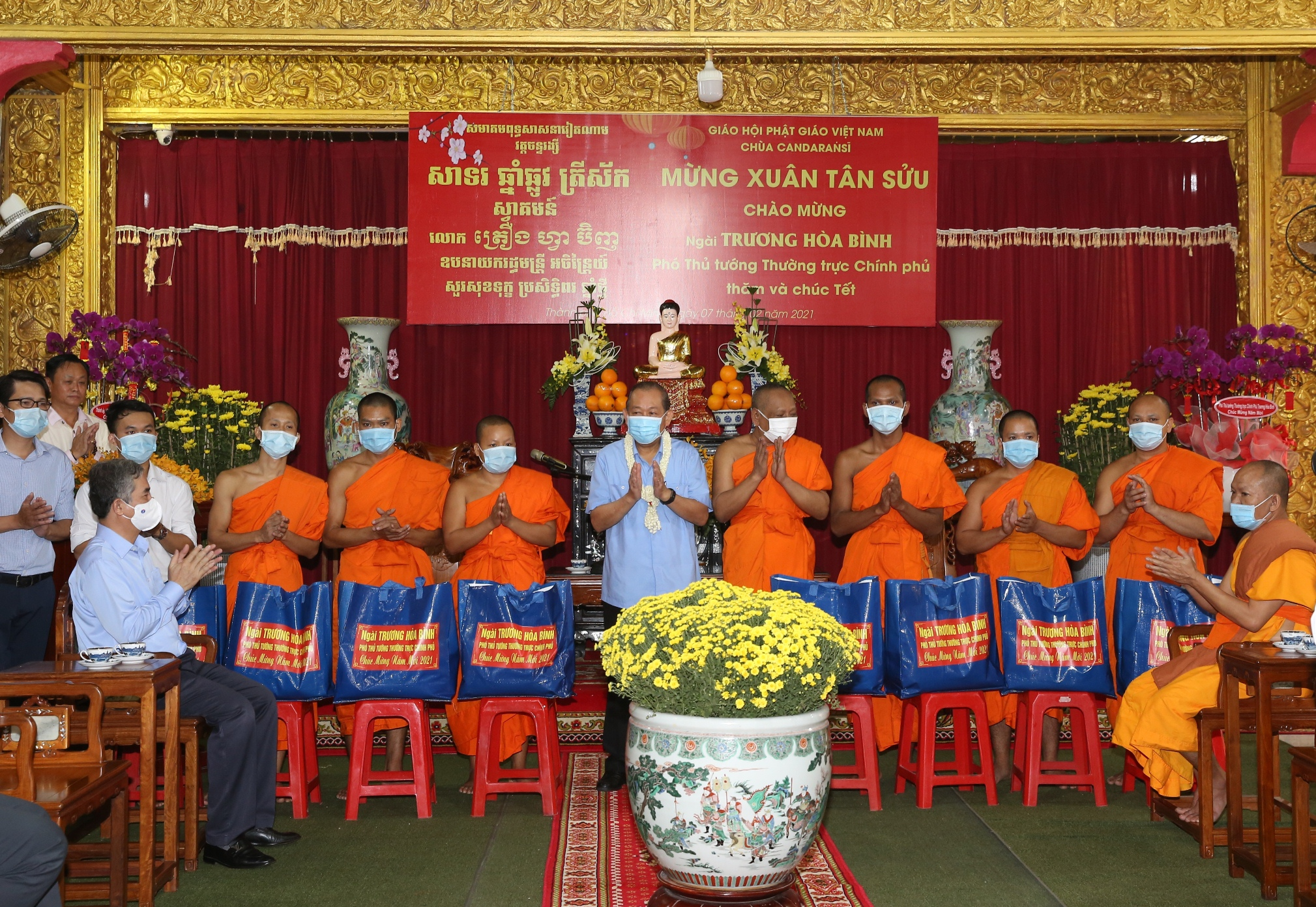 Phó Thủ tướng Thường trực Chính phủ Trương Hòa Bình tặng quà Tết chư tăng chùa Candaransi. Ảnh: VGP/Mạnh Hùng
