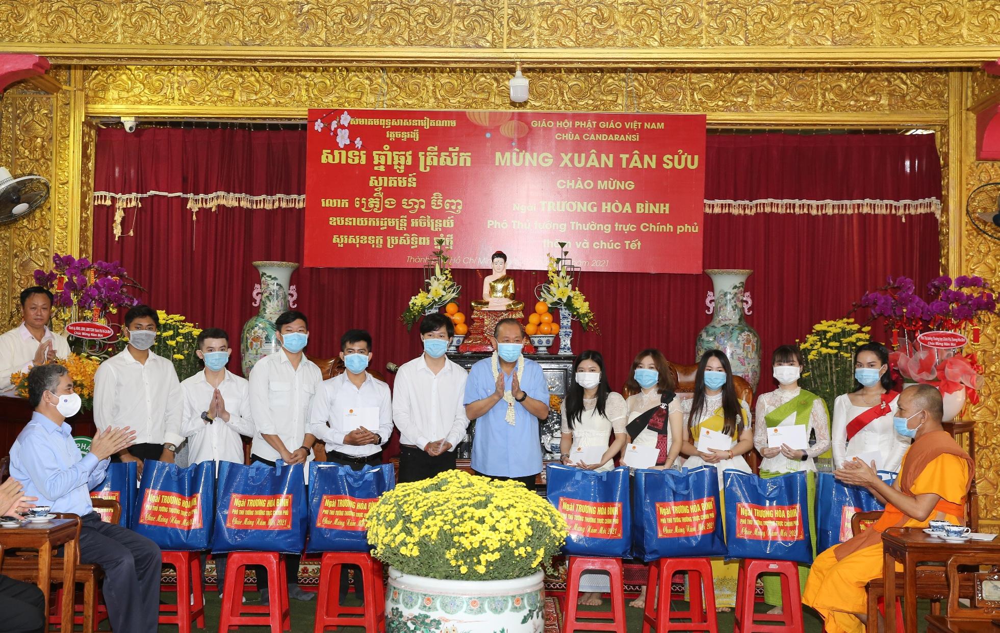 Phó Thủ tướng Thường trực Chính phủ Trương Hòa Bình trao học bổng và quà tết đến sinh viên Lào, Campuchia, Việt Nam. Ảnh: VGP/Mạnh Hùng