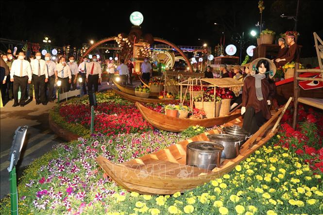 Các đại biểu và du khách tham quan đường hoa Xuân TP. Cần Thơ