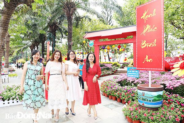 Du khách tham quan đường hoa Nguyễn Văn Trị Xuân Tân Sửu 2021