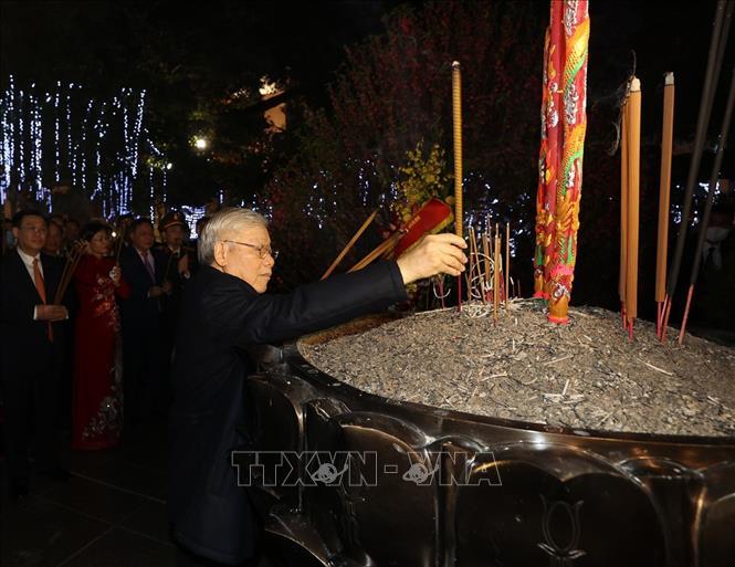 Tổng Bí thư, Chủ tịch nước Nguyễn Phú Trọng dâng hương tại Tượng đài Lý Thái Tổ. Ảnh: Trí Dũng/TTXVN.