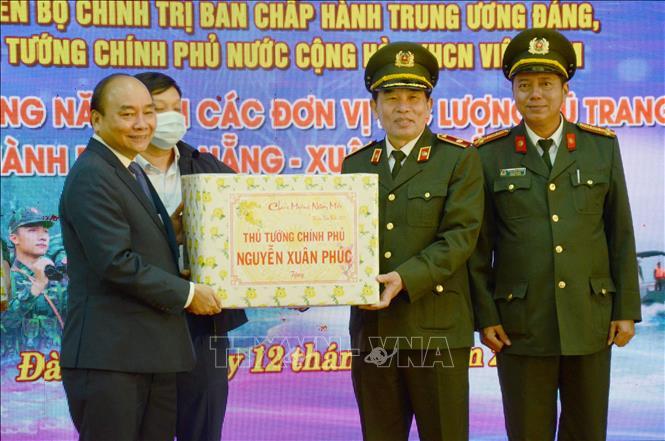 Thủ tướng Nguyễn Xuân Phúc tặng quà Tết cho lực lượng Công an thành phố Đà Nẵng.