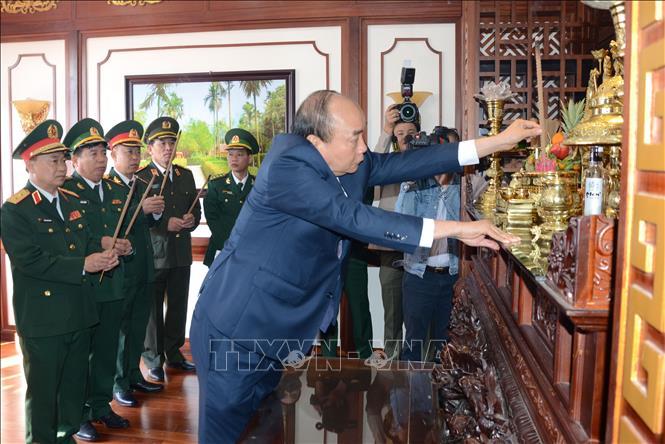 Thủ tướng Nguyễn Xuân Phúc dâng hương tưởng niệm Chủ tịch Hồ Chí Minh tại Bộ Chỉ huy Bộ đội Biên phòng thành phố Đà Nẵng.