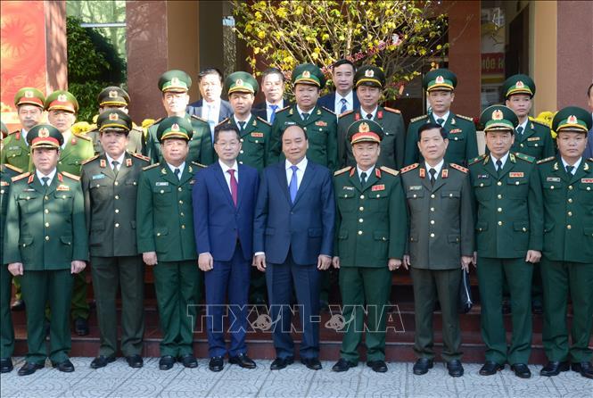 Thủ tướng Nguyễn Xuân Phúc chụp ảnh lưu niệm với lãnh đạo các lực lượng vũ trang thành phố Đà Nẵng.
