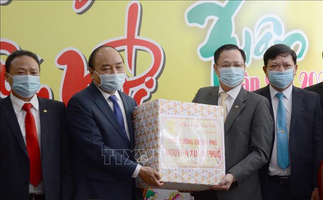 Thủ tướng Chính phủ Nguyễn Xuân Phúc tặng quà Tết cho Quận ủy Hải Châu.