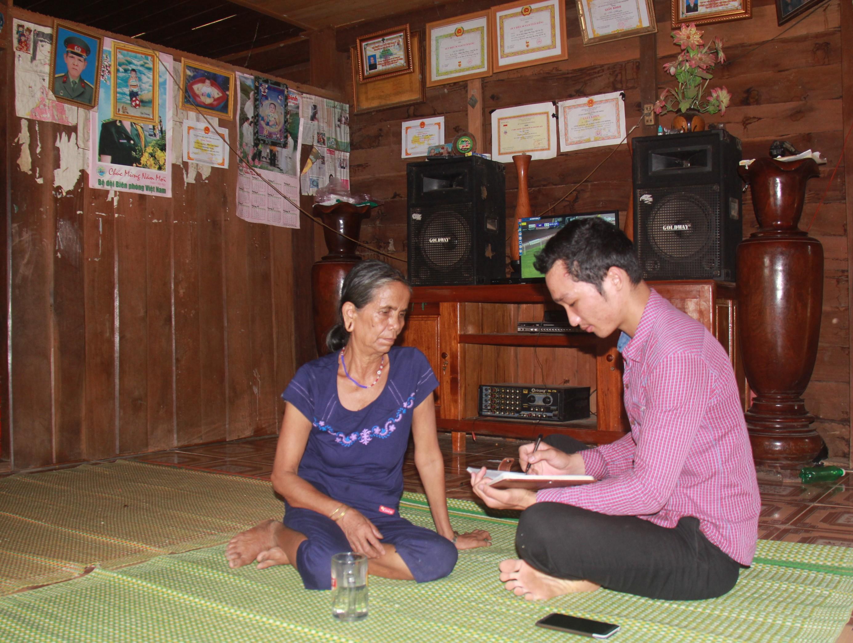 Bên trong căn nhà của già làng Siu Phyin nhiều bằng khen, giấy khen của các cấp ngành khen tặng