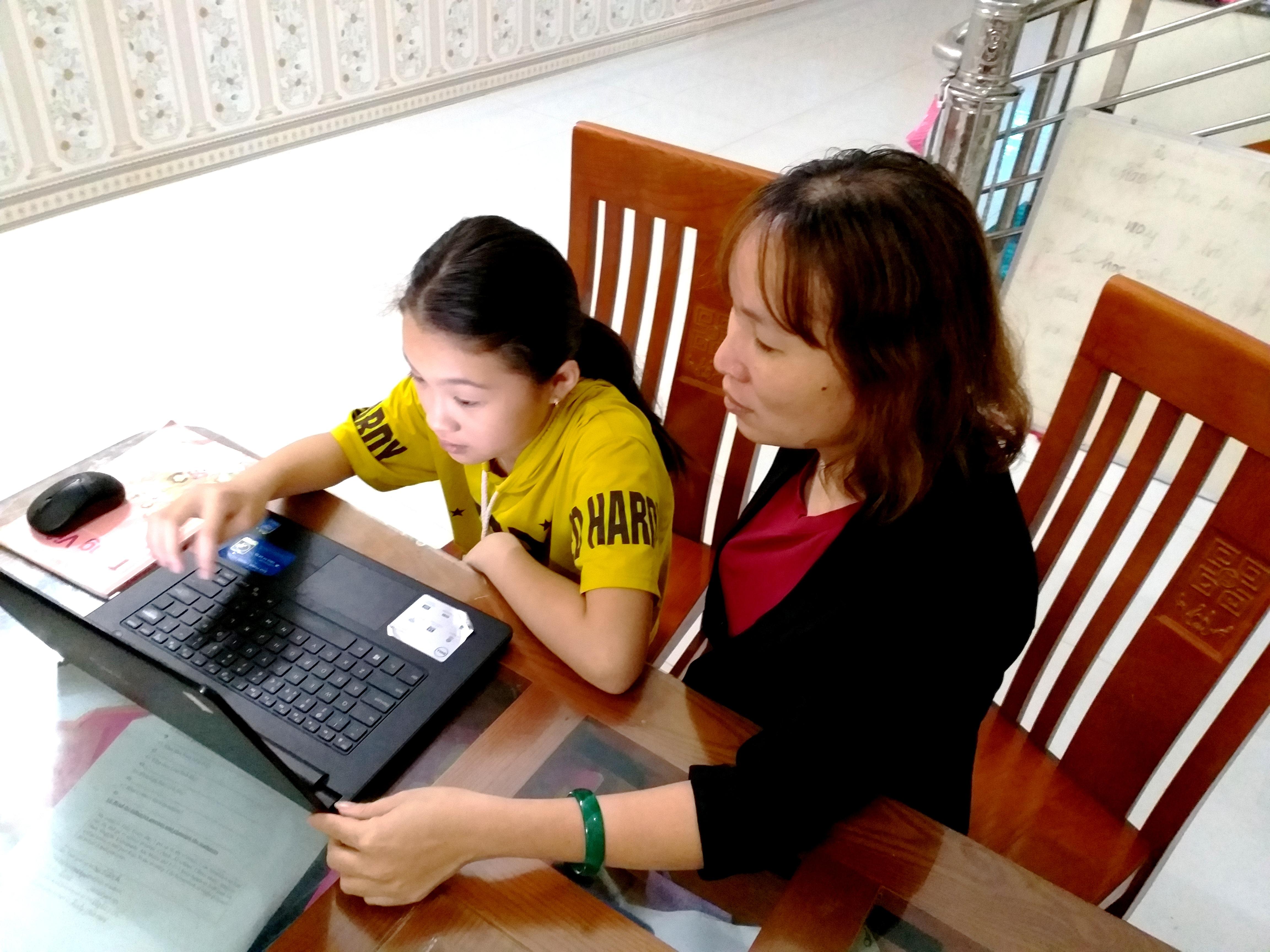 Phụ huynh đồng hành với học sinh trong học trực tuyến.