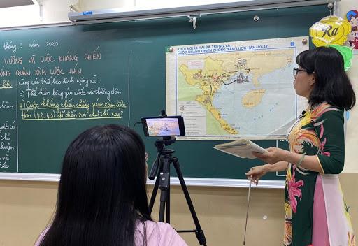 Để có được một video clip phát trực tuyến, giáo viên cần đầu tư nhiều công sức và phải làm việc theo ê kíp.
