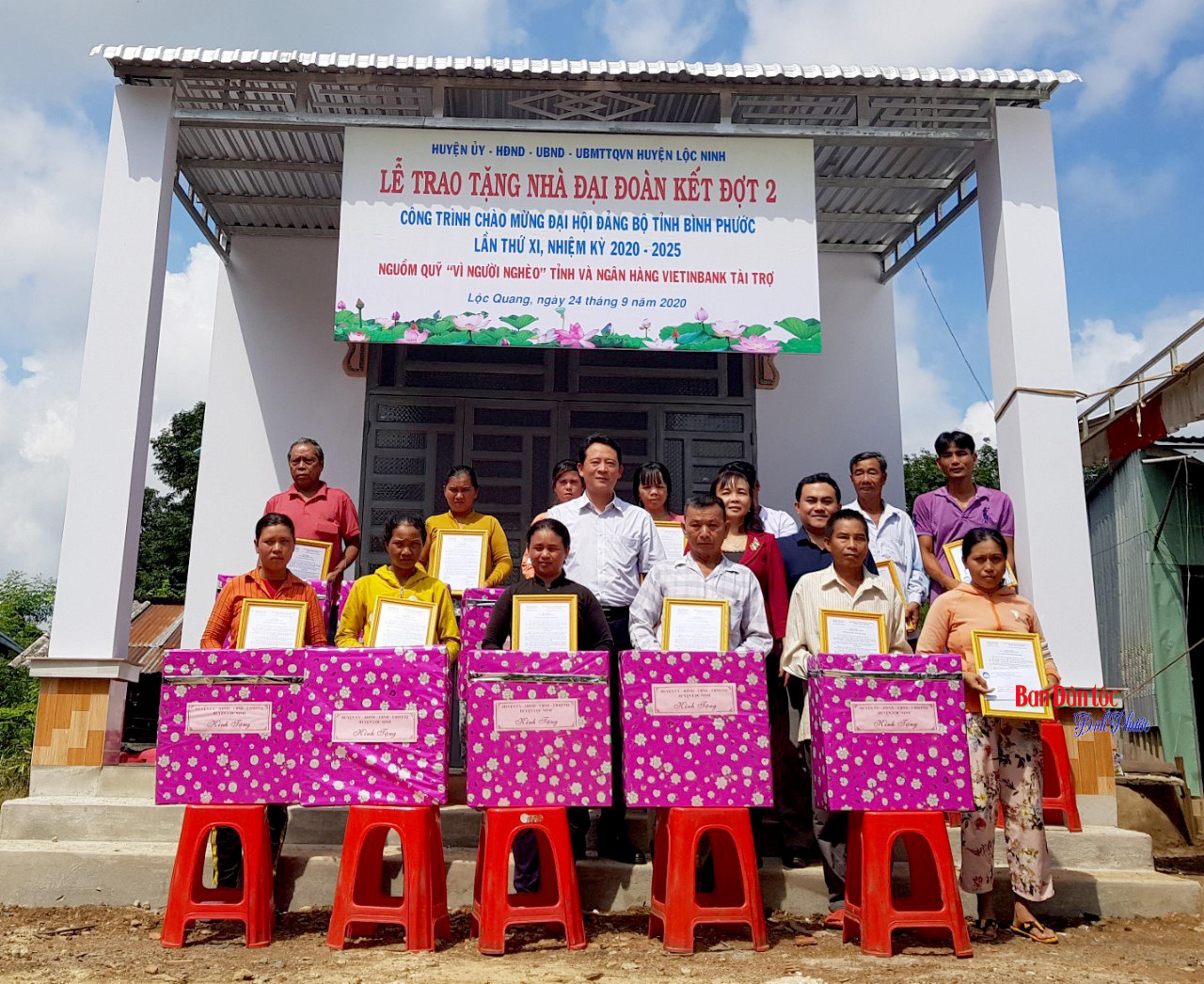 Ban Dân tộc tỉnh Bình Phước trao nhà ở Đại đoàn kết và tặng quà cho bà con đồng bào DTTS vùng biên sâu biên giới huyện Lộc Ninh.