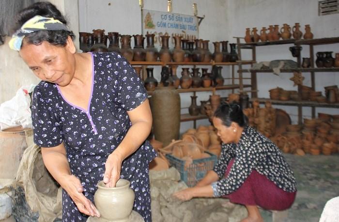 Các nghệ nhân đang làm gốm tại làng gốm Bàu Trúc, làng nghề thủ công nổi tiếng của đồng bào Chăm tại Ninh Phước