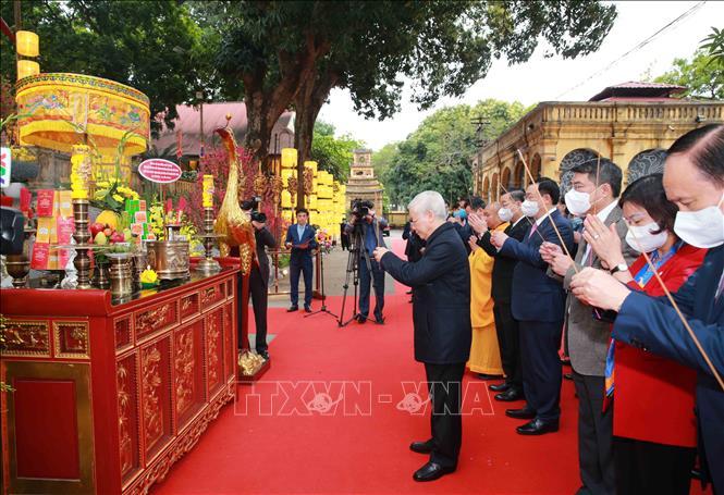 Tổng Bí thư, Chủ tịch nước Nguyễn Phú Trọng dâng hương tại Điện Kính Thiên - Khu Di tích Hoàng thành Thăng Long. Ảnh: Phương Hoa/TTXVN