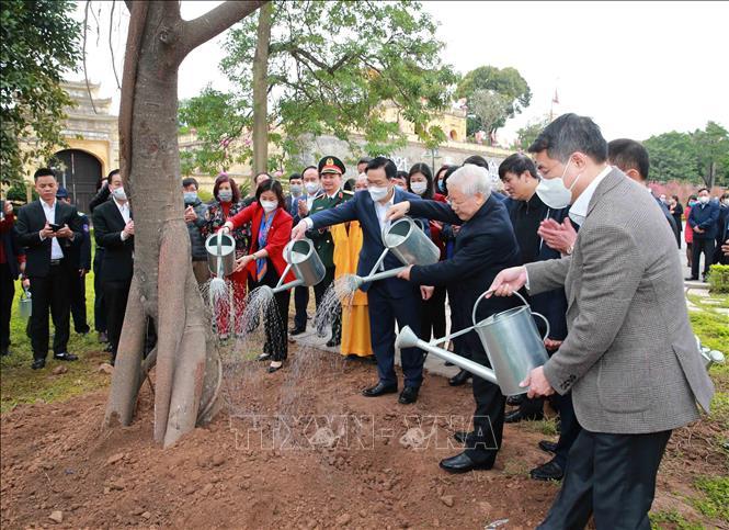 Tổng Bí thư, Chủ tịch nước Nguyễn Phú Trọng trồng cây lưu niệm tại Khu Di tích Hoàng Thành Thăng Long. Ảnh: Phương Hoa/TTXVN