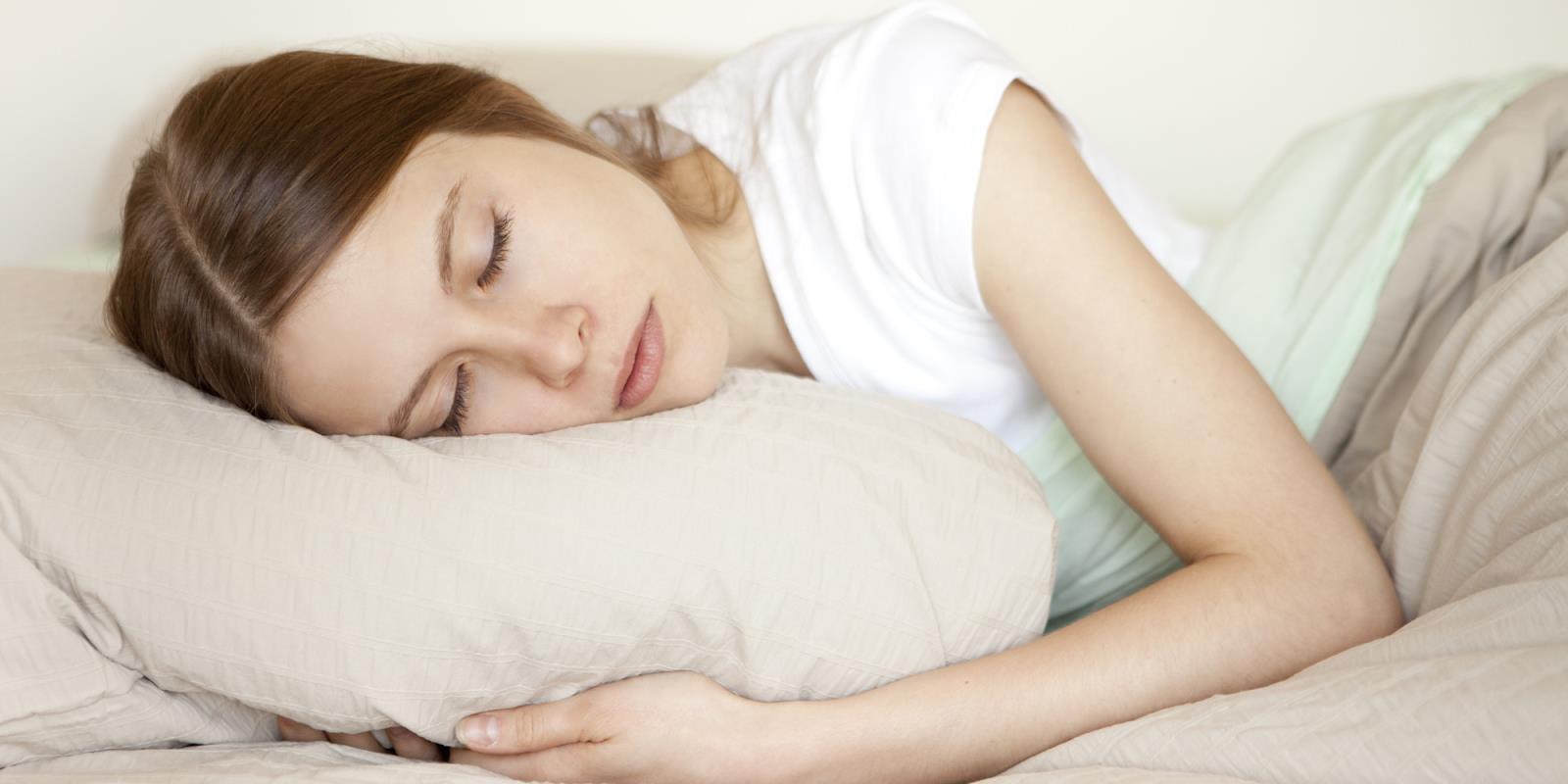: Giấc ngủ rất quan trọng với sức khỏe. Ngủ sâu và đủ 7-8 giờ mỗi ngày, đặc biệt 10 giờ đêm đến 4 giờ sáng hôm sau. Đây là thời gian vàng để cơ thể củng cố, hồi phục, tái tạo những mô, tế bào và hệ thống.