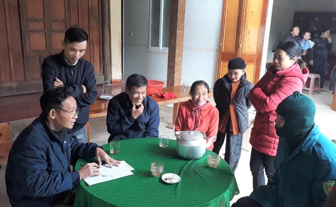 Bà con quây quần bên ấm chè xanh cùng học tiếng Lào Thưng