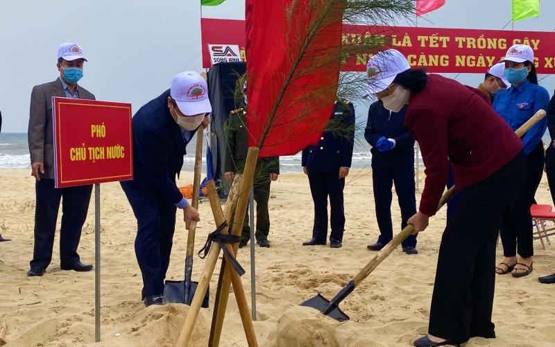 Phó Chủ tịch nước Đặng Thị Ngọc Thịnh trồng cây đầu xuân Tân Sửu tại Quảng Bình.