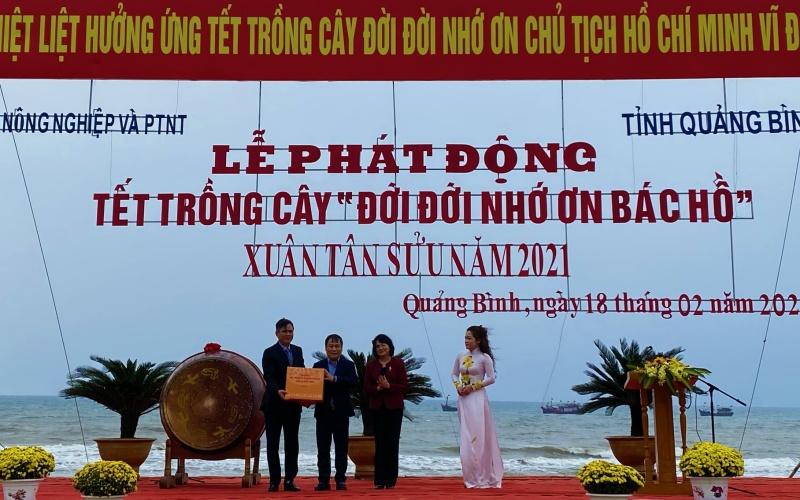Phó Chủ tịch nước Đặng Thị Ngọc Thịnh tặng quà cho tỉnh Quảng Bình.