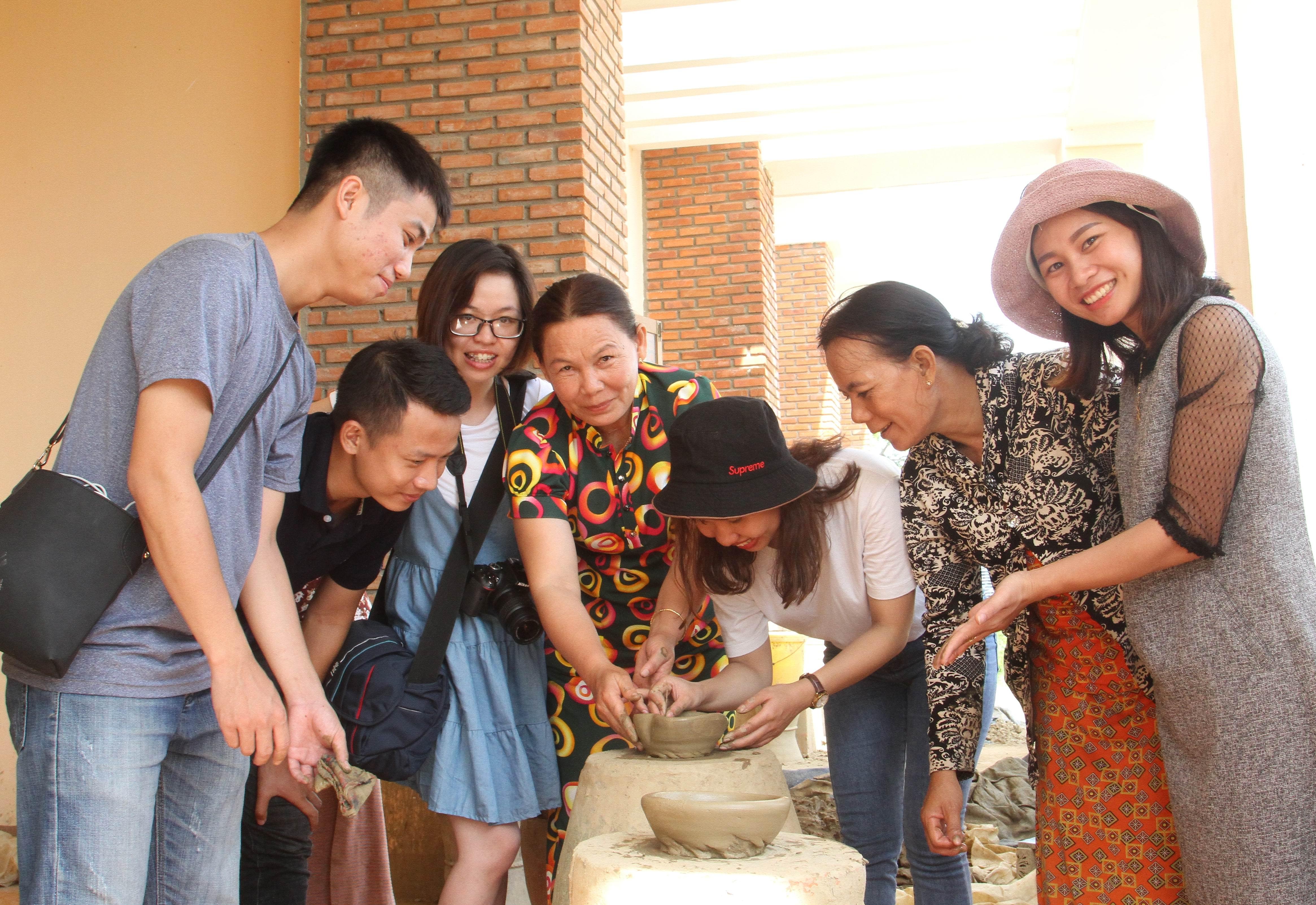 Du khách đến tham quan làng gốm cổ Bàu Trúc