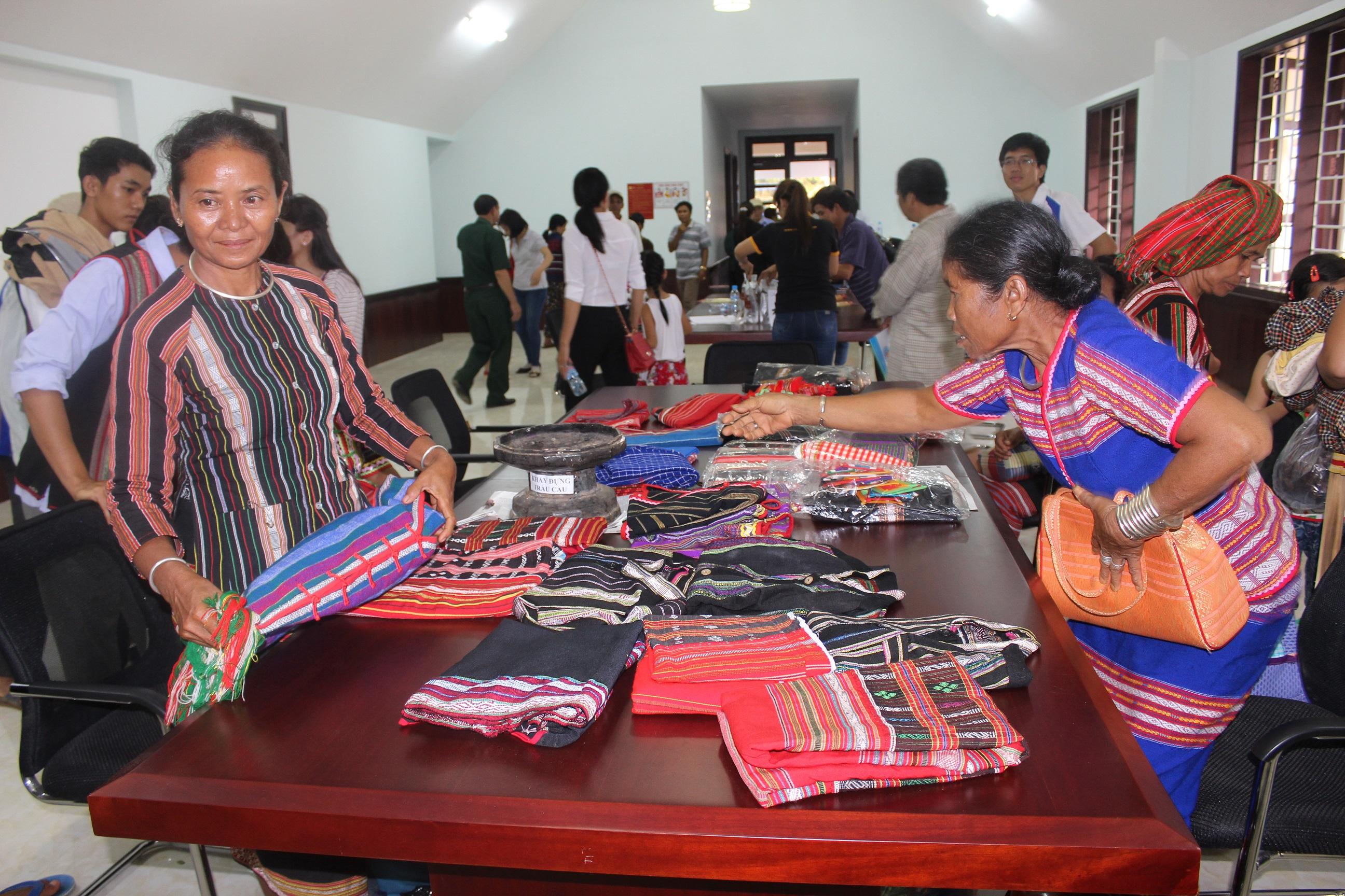 Trang phục, các vật dụng thổ cẩm do phụ nữ Bom Bo thêu dệt được bày bán tại Khu bảo tồn văn hóa dân tộc S'tiêng sóc Bom Bo