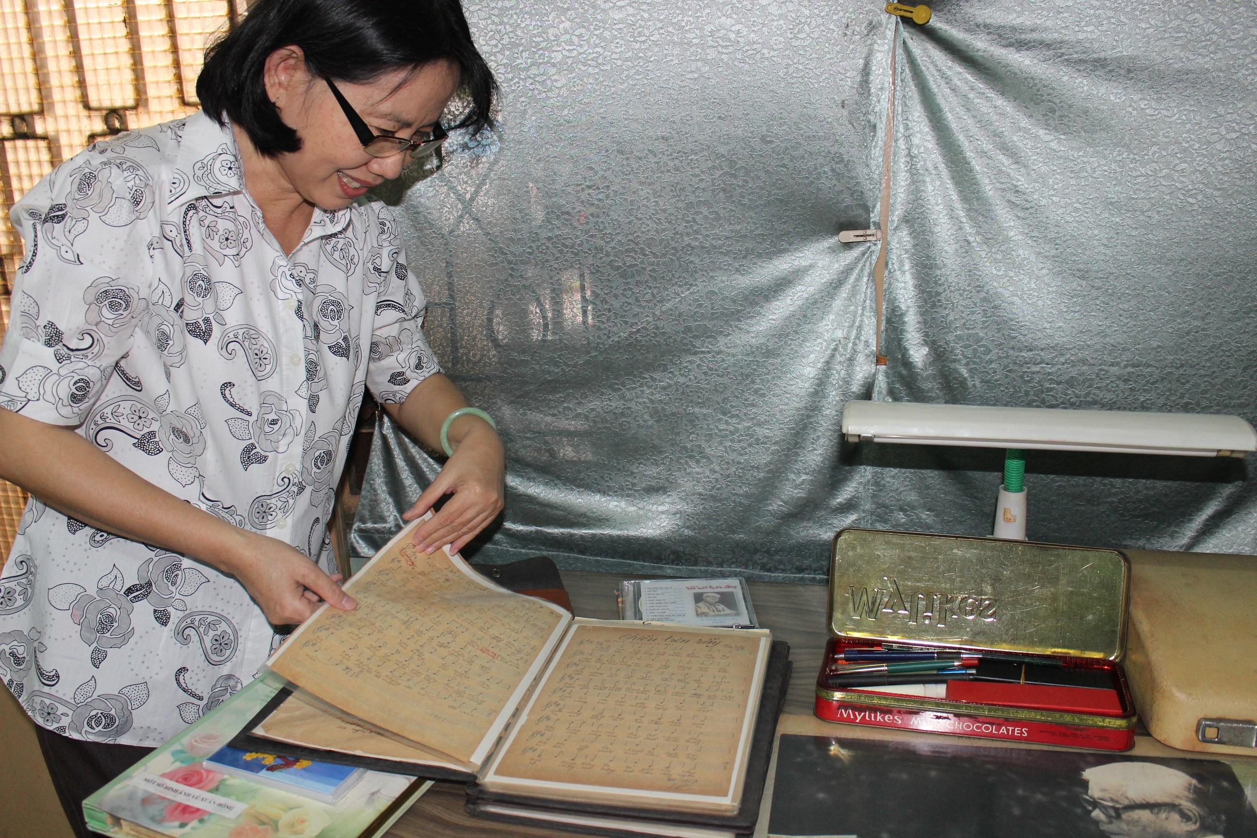 Bà Nguyễn Hồng Loan, con gái út cố nhạc sĩ Xuân Hồng bên bàn làm việc của người cha mình