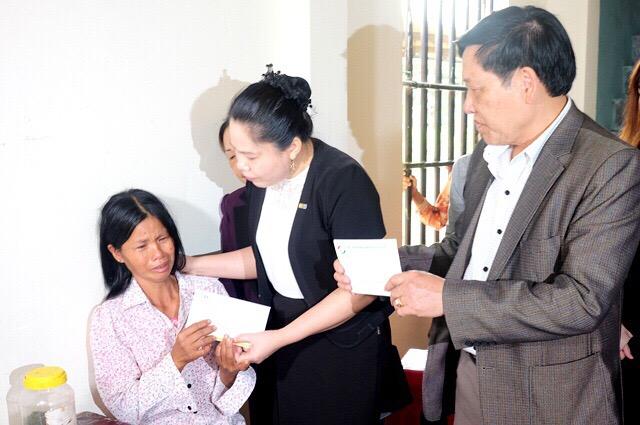 Chị Lưu Thị Hà ( giữa) trao hỗ trợ bồi thường cho khách hàng gặp nạn tại Thanh Hóa