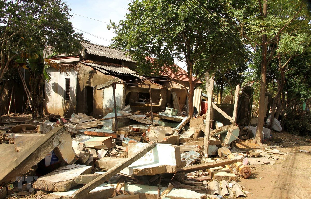 Nhiều hộ gia đình ở xã An Thủy, huyện Lệ Thủy, tỉnh Quảng Bình bị sập nhà cửa do bão lũ hồi tháng 10/2020