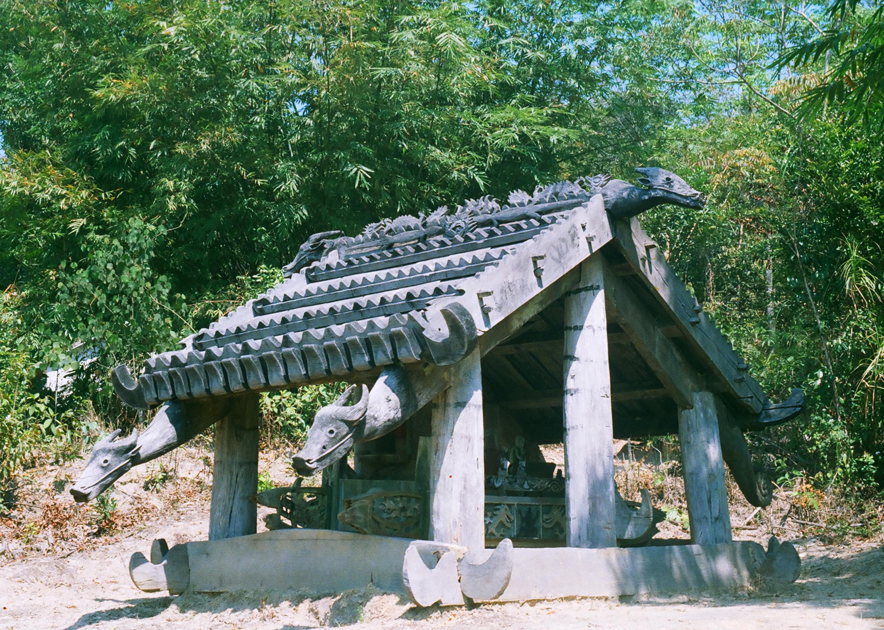 Nhà mồ truyền thống của người Cơ Tu thôn Pa Liêng, xã A Ting, huyện Đông Giang (Quảng Nam), với những hình tượng đầu trâu bằng gỗ trông như thật