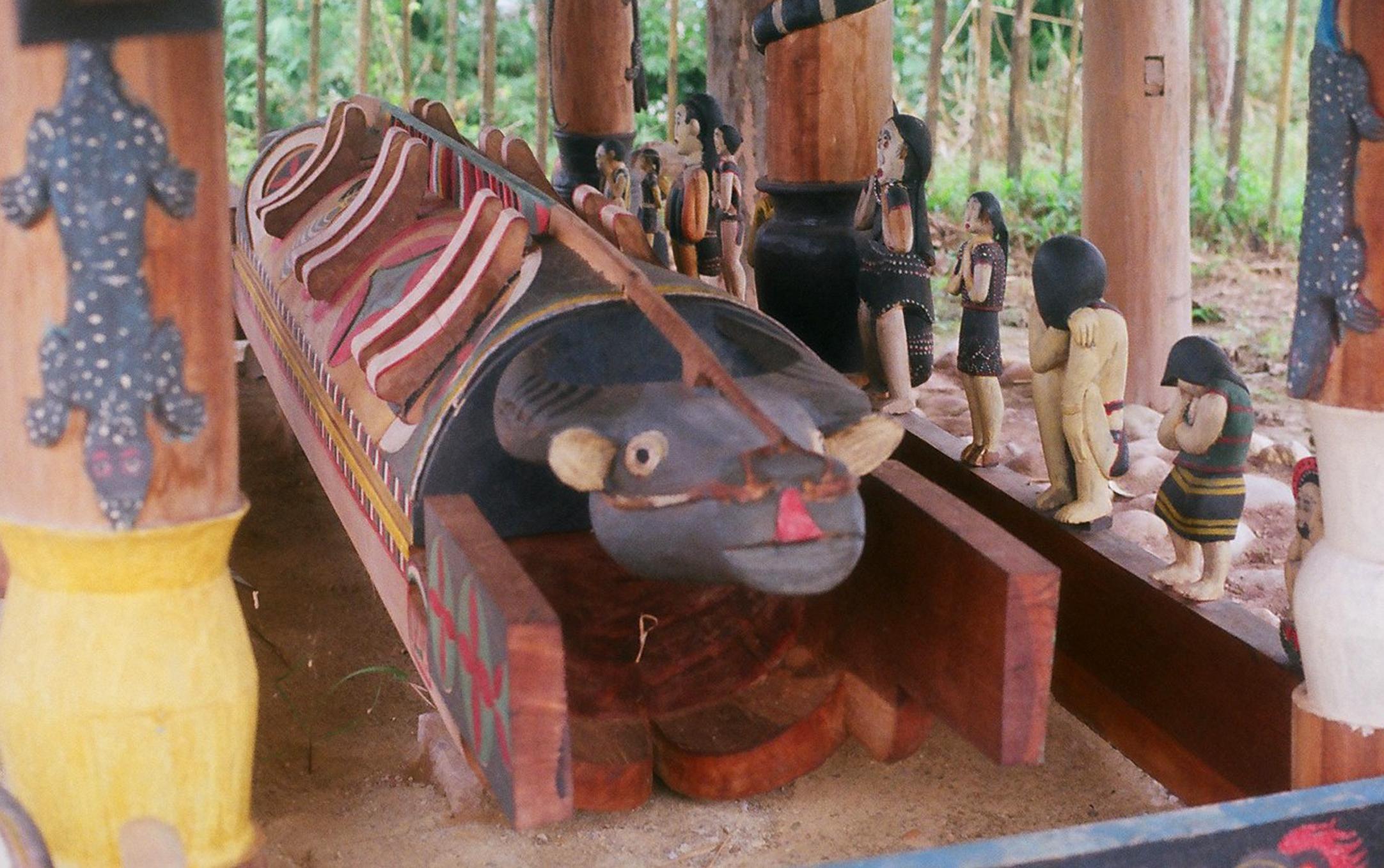 Quan tài Cơ Tu, với hình tượng con trâu điêu khắc nguyên khối