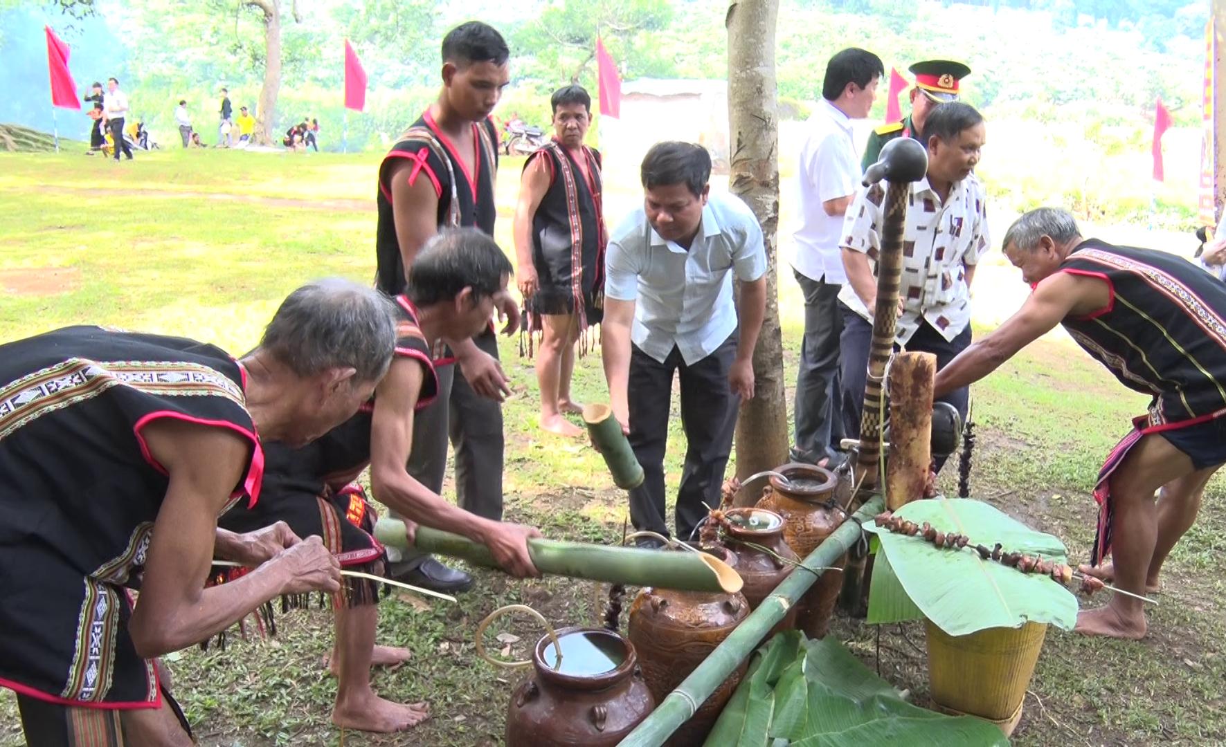 Các thầy cúng của làng Krêl đang chuẩn bị cho nghi thức cúng