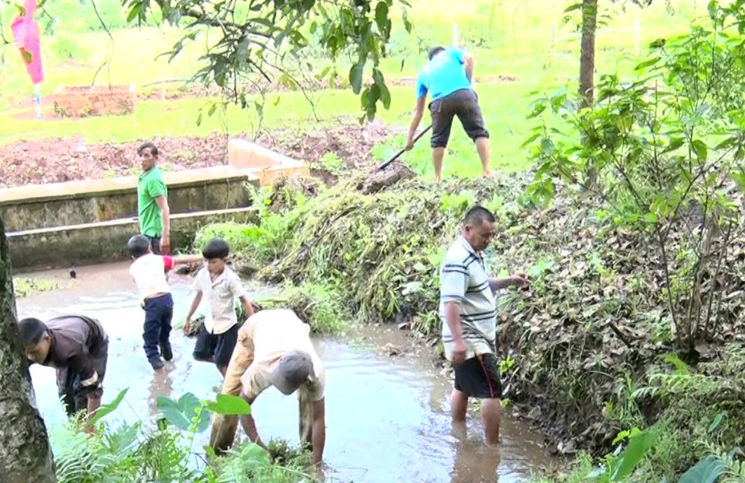 Trước khi tiến hành nghi thức cúng giọt nước người làng đã tập trung về giọt nước của làng để dọn dẹp sạch sẽ